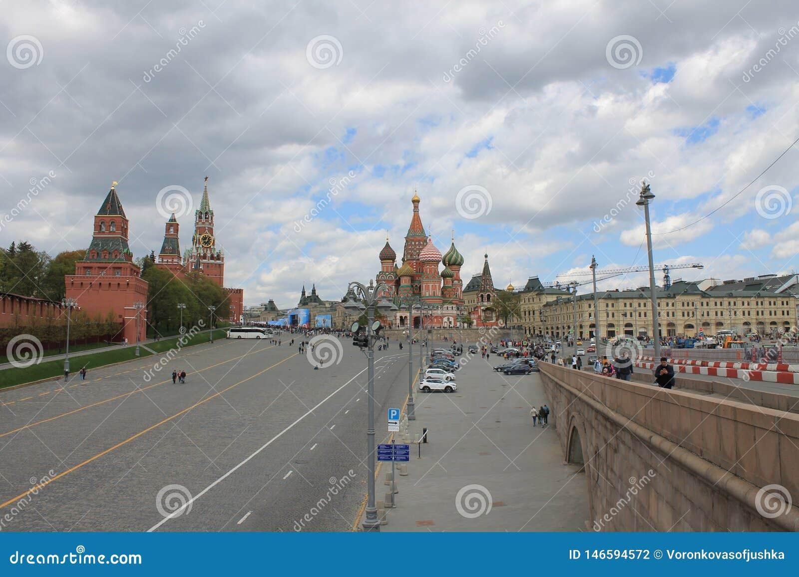 Ansicht des Turms des Kremls Spasskaya und des roten Quadrats in Moskau Russland