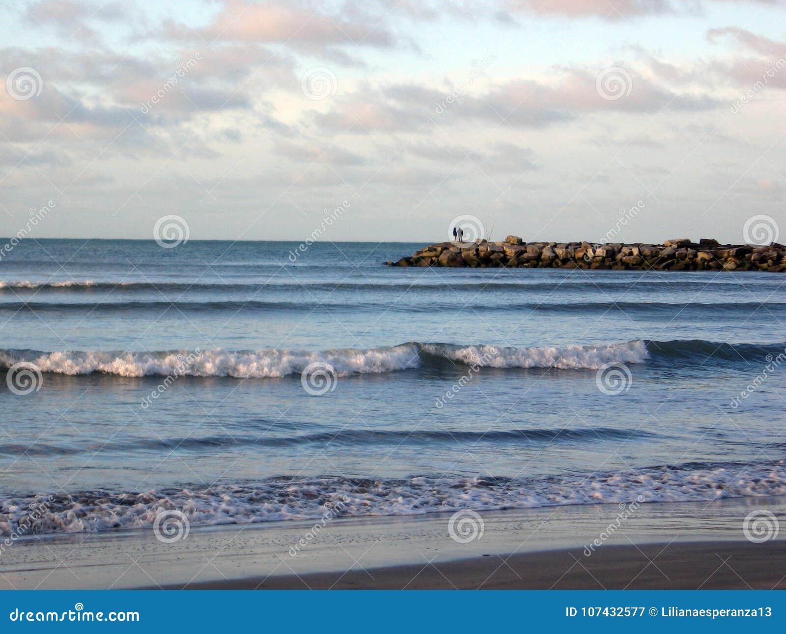 Ansicht des Wellenbrechers Mar del Plata-Strandes Buenos Aires Argentinien