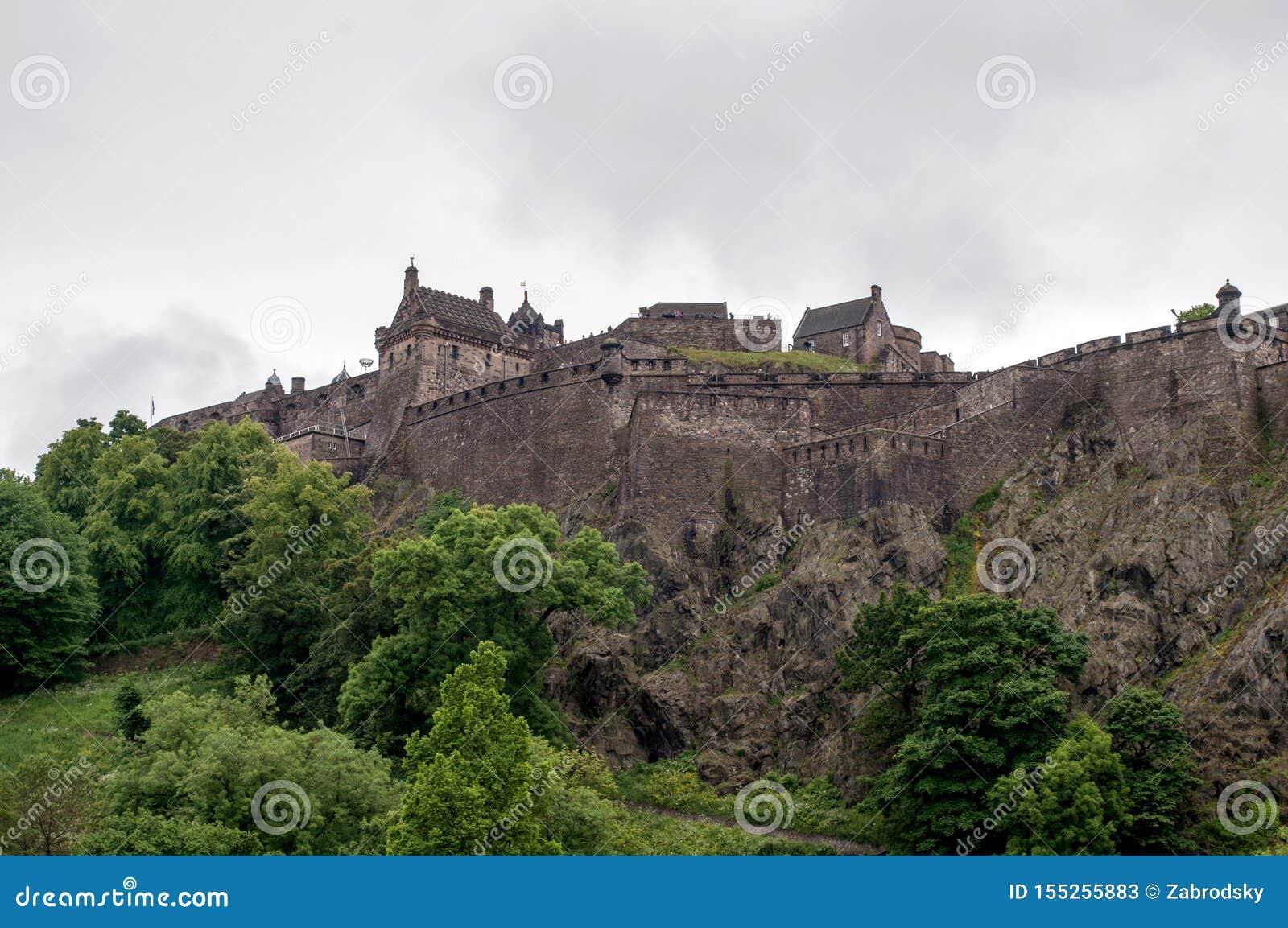 Ansicht eines Schlosses vom Park in Edinburgh