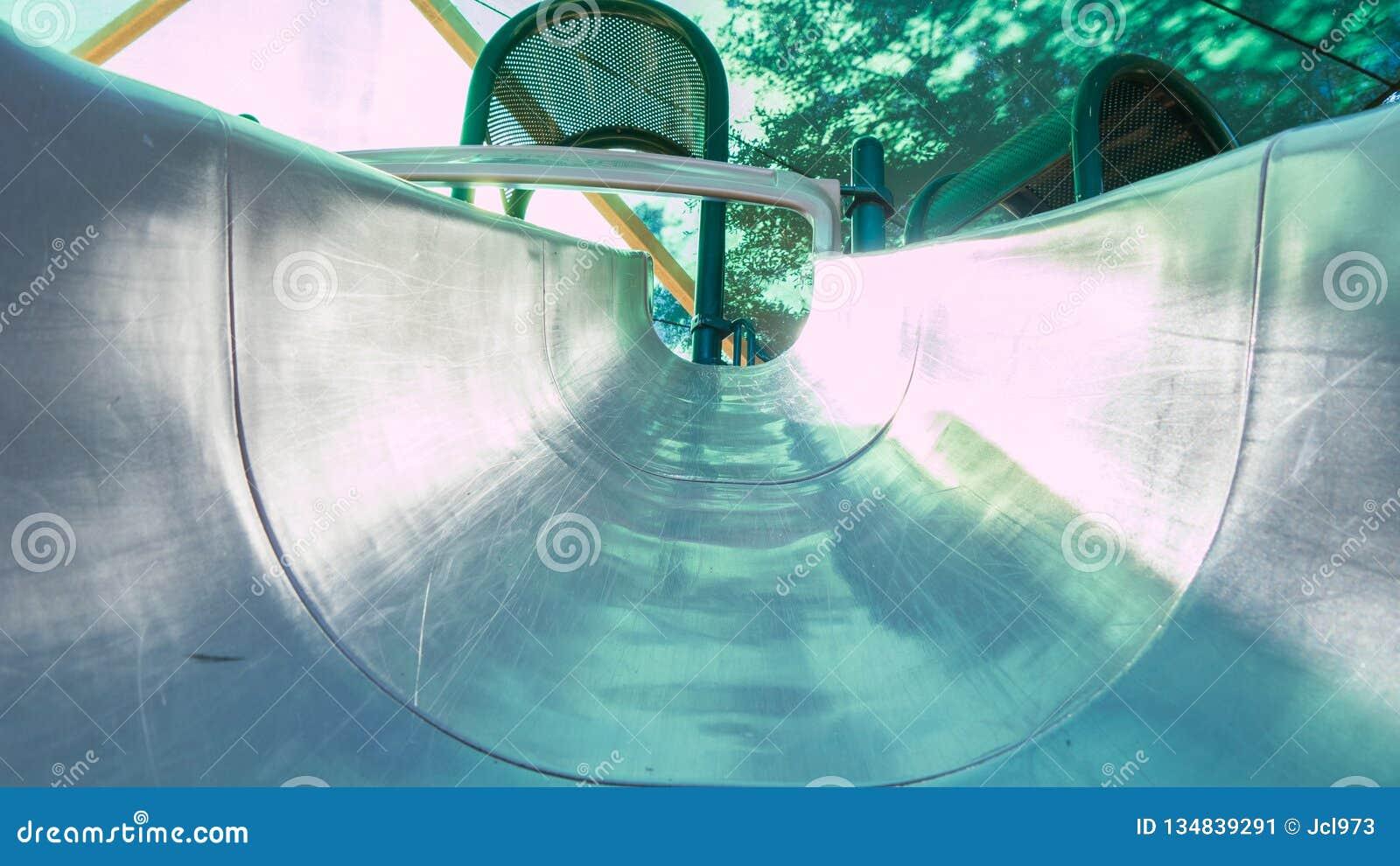 Ansicht eines Spielplatzdias, oben schauend zur Spitze von der Unterseite des Dias