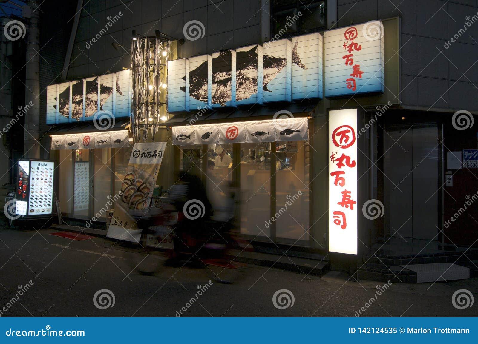 Ansicht eines typischen japanischen Sushi-Restaurants nachts in Osaka, Japan