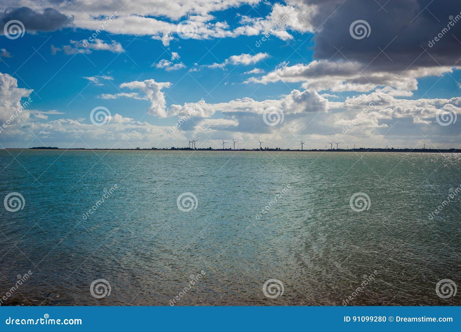 Ansicht 2016 Vereinigten Königreichs Mersea von der Küste zu den windmils