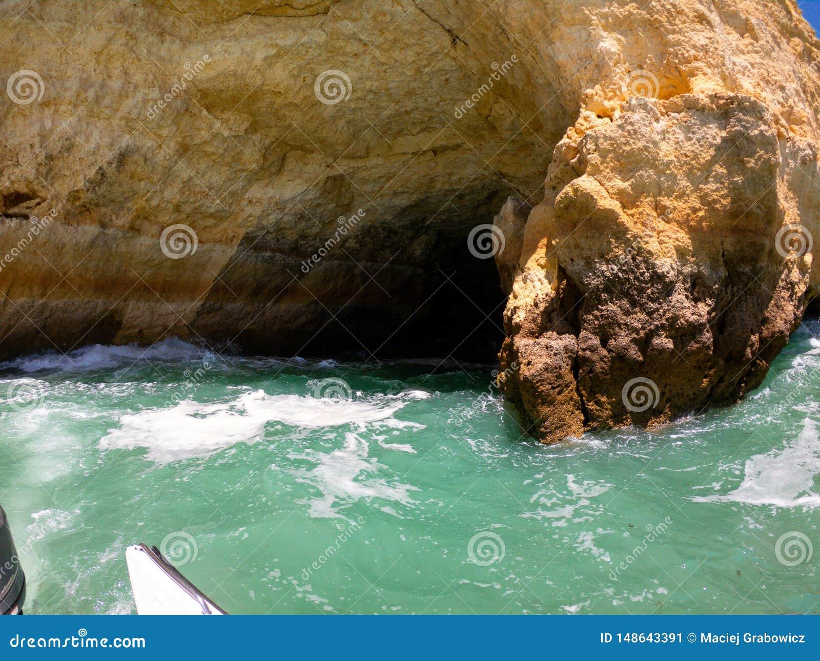 Ansicht vom Boot auf K?ste und von den Klippen auf Atlantik in Algarve, Portugal