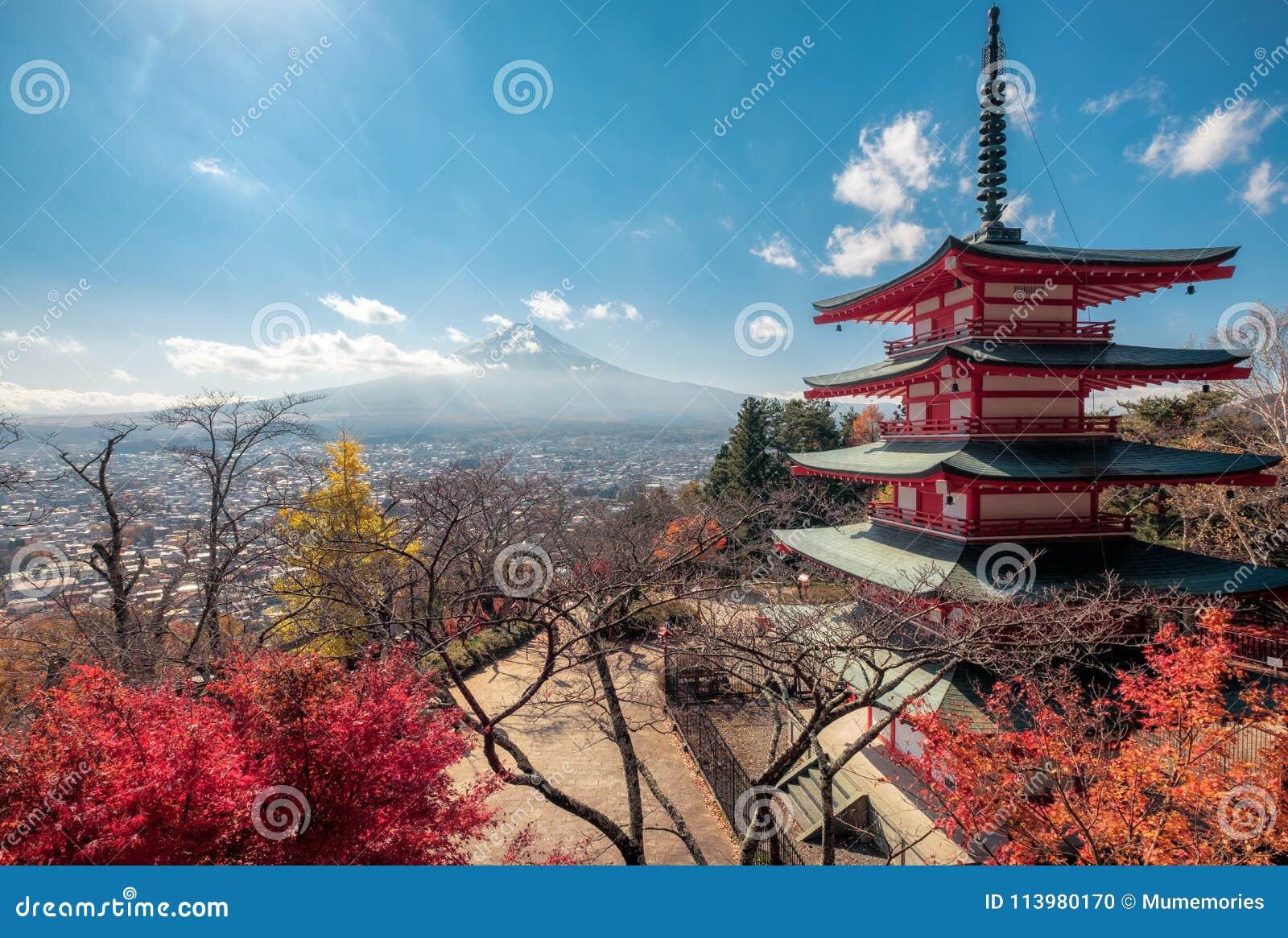 Ansicht vom Fujisan mit Chureito-Pagode im Herbstgarten