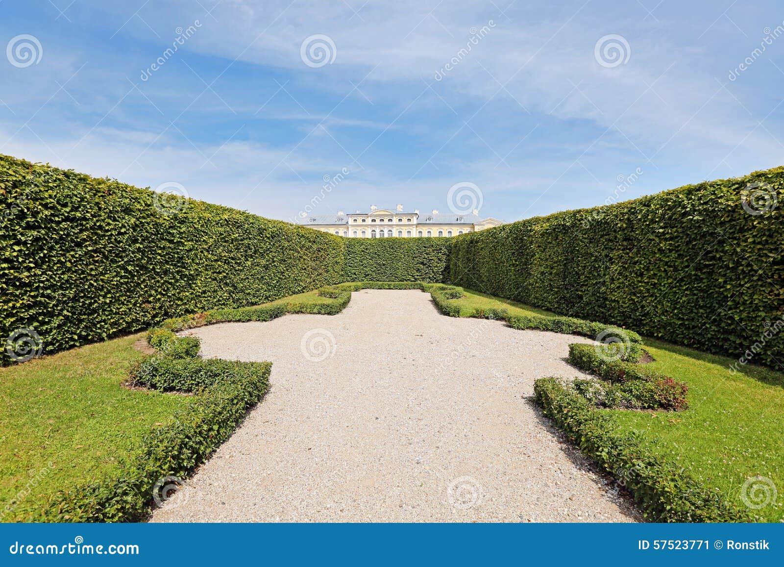 Ansicht Vom Garten über Hecke Zu Rundale Palast Stockbild Bild