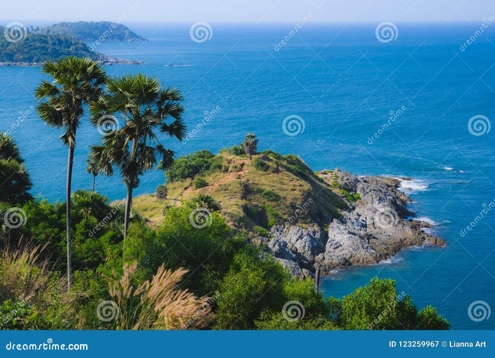 Ansicht vom Kap Promthep in den Palmen und dem Meer
