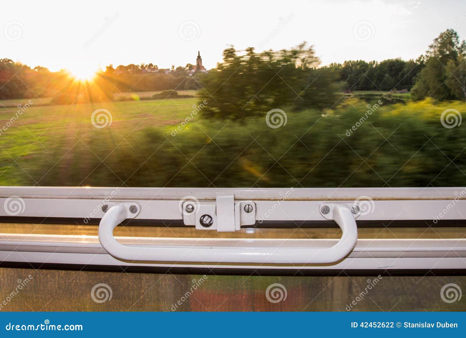 Ansicht vom Zugfenster in der hohen Geschwindigkeit