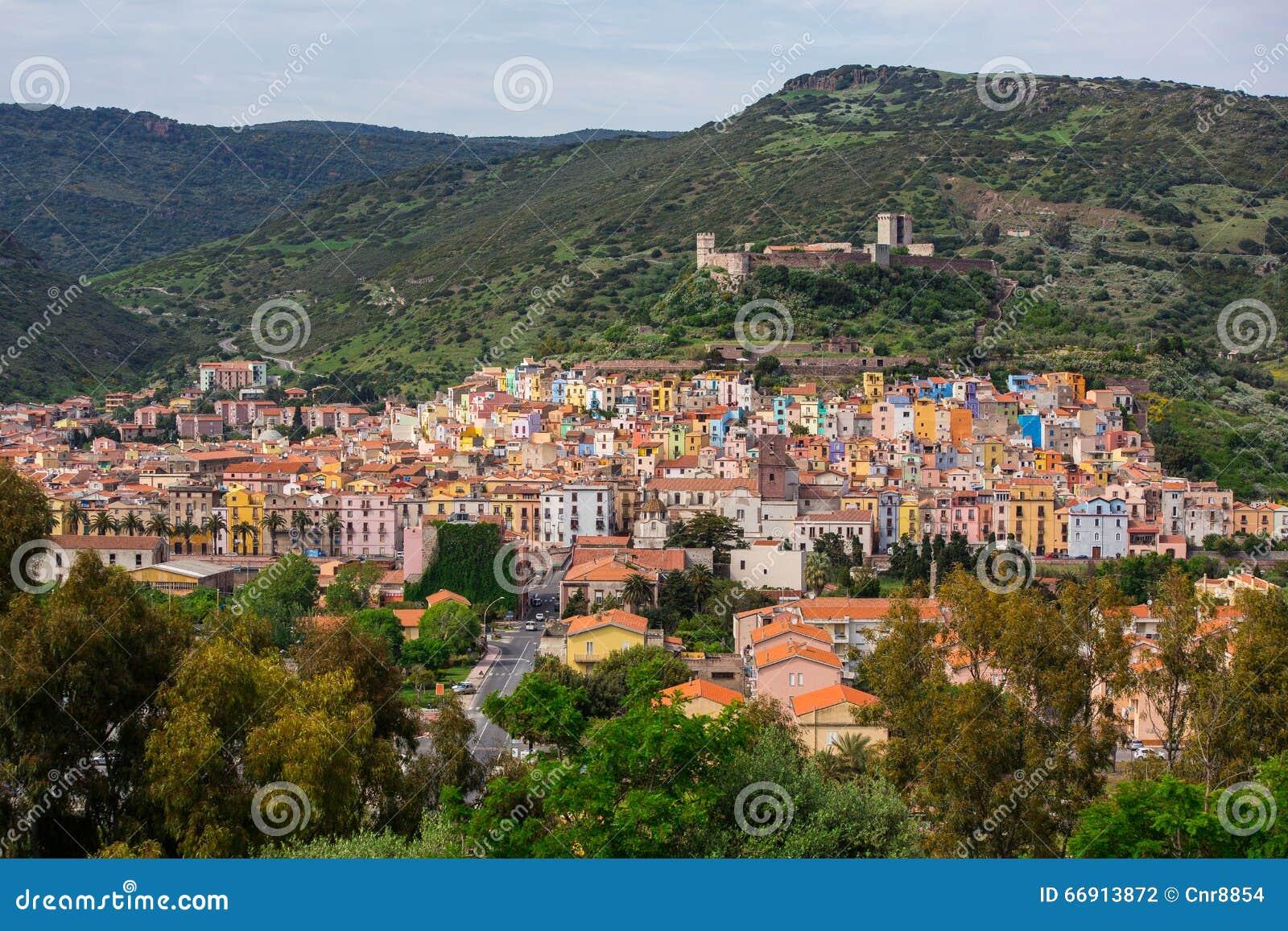 Ansicht von Bosa und Serravalle ziehen sich - Oristano, Sardinien (Sardegna), Italien zurück (7. Mai 2014)