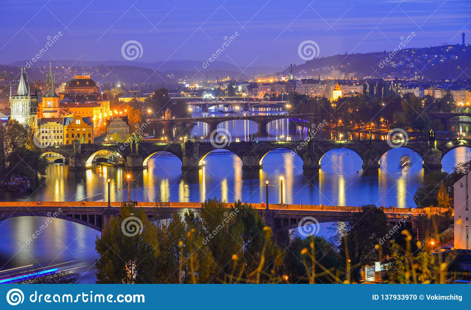 Ansicht von Brücken auf die Moldau-Fluss nachts