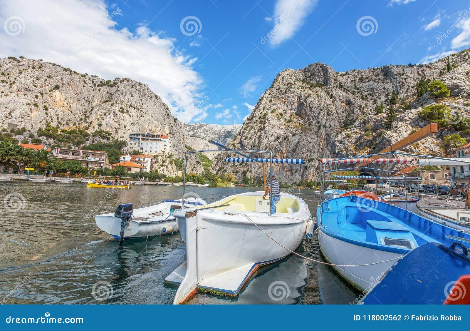 Ansicht von Cetina-Fluss um Stadt Omis Almissa, Dalmatien, kroatisch