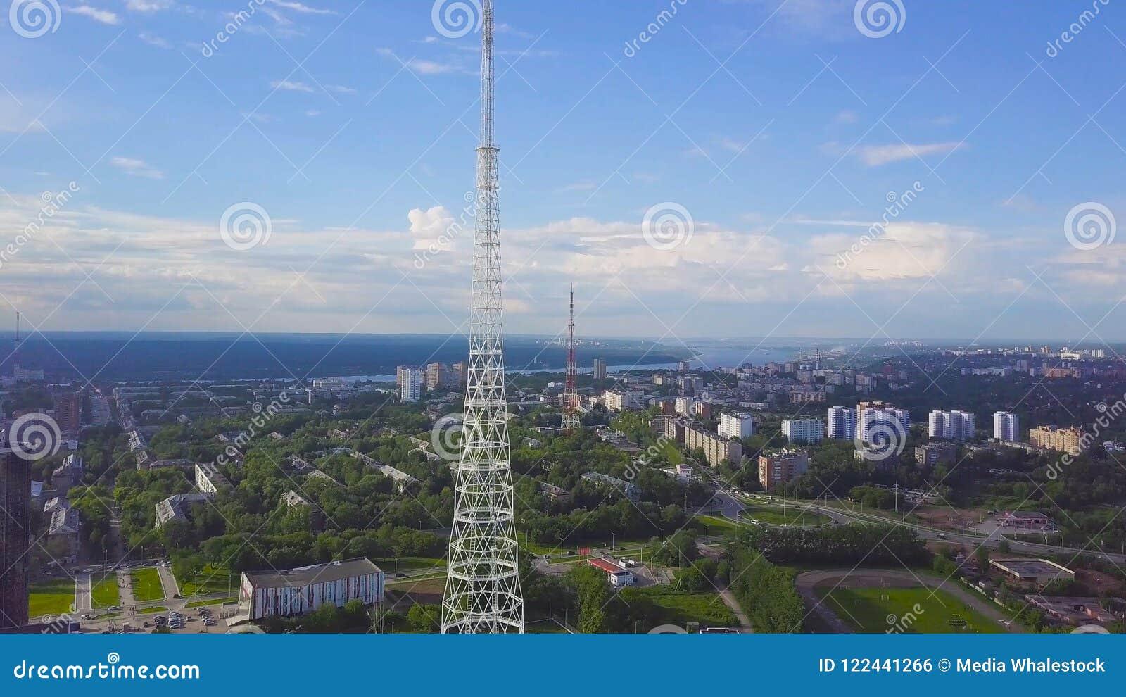 Ansicht von Fernsehtürmen mit Hintergrund des blauen Himmels, des Berges und des Stadtbilds bildschirm Draufsicht des Radioturms