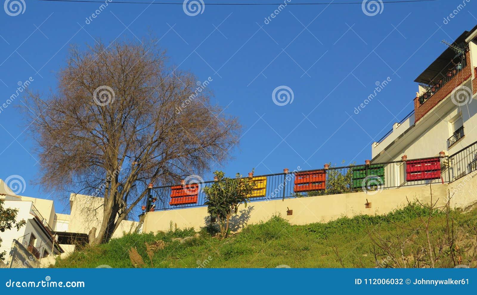 ansicht von gemalten paletten auf zaun stockfoto - bild von blumen