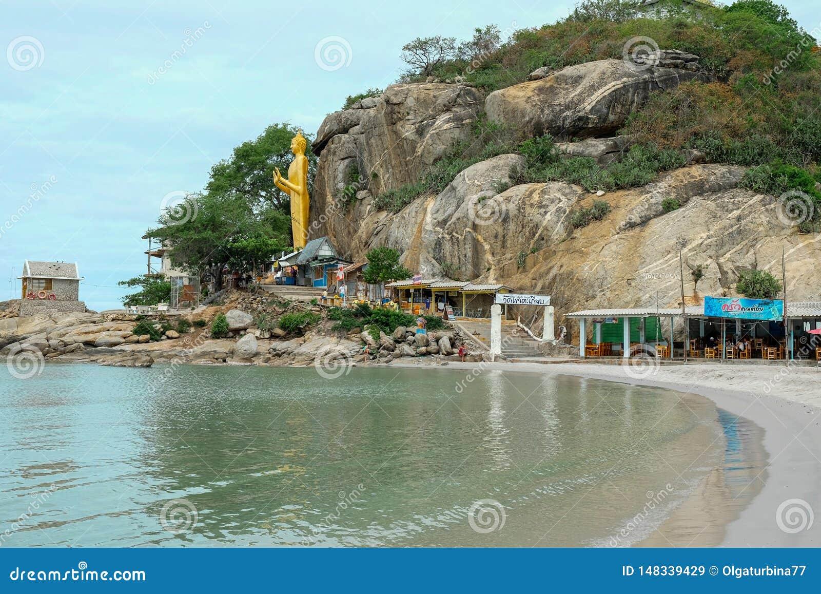 Ansicht von Hua Hin-Bucht zu stehendem Gold Buddha auf Takiab-H?gel-Affeberg nahe buddhistischem Tempel Wat Khao Takiap mit
