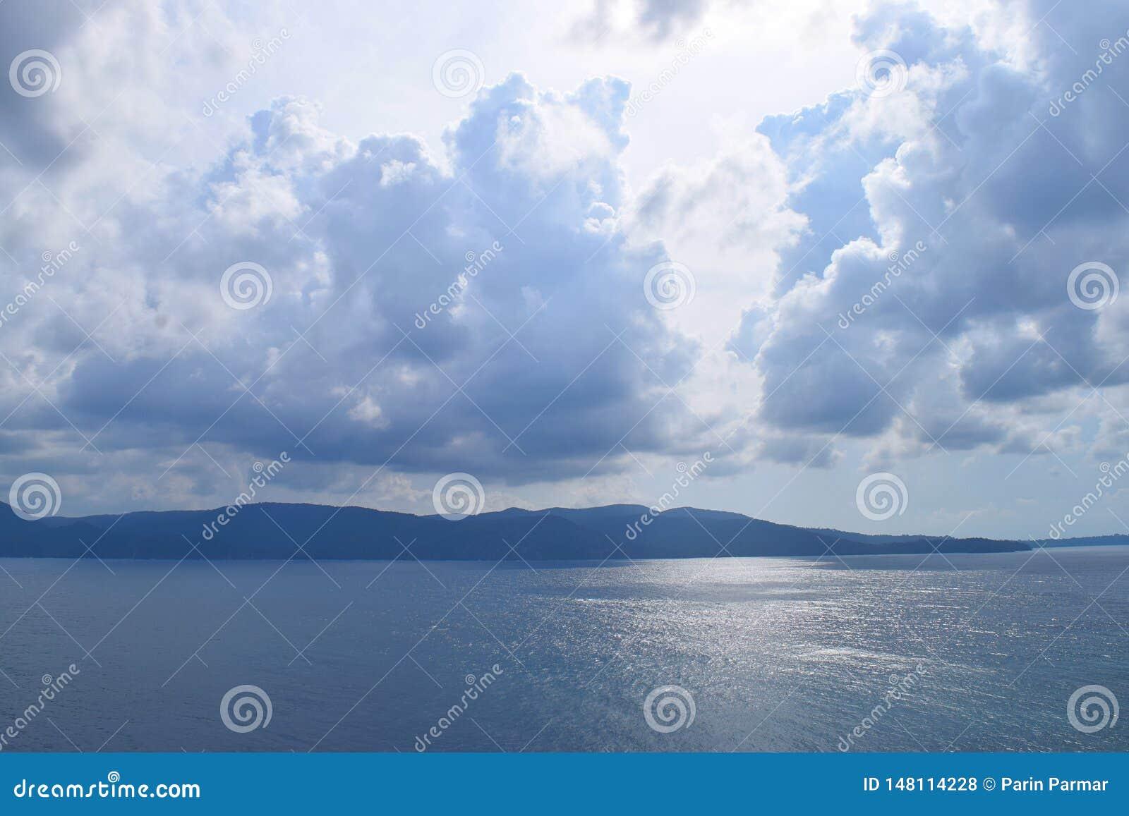Ansicht von Meer, von entfernten Inseln und von bewölktem Himmel auf hellem Sunny Day - Chidiya Tapu, Port Blair, Andaman-Nikobar