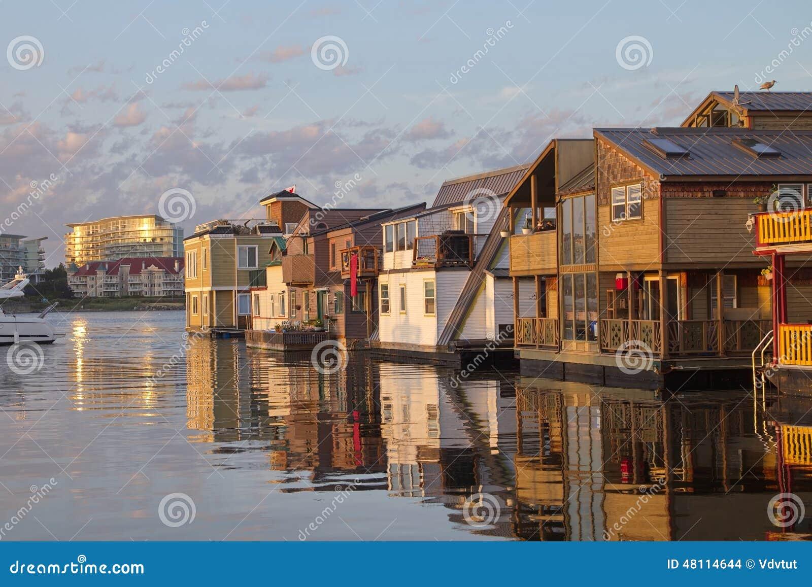 Ansicht Von Sich Hin- Und Herbewegenden Häusern Im Inneren Hafen Von ...