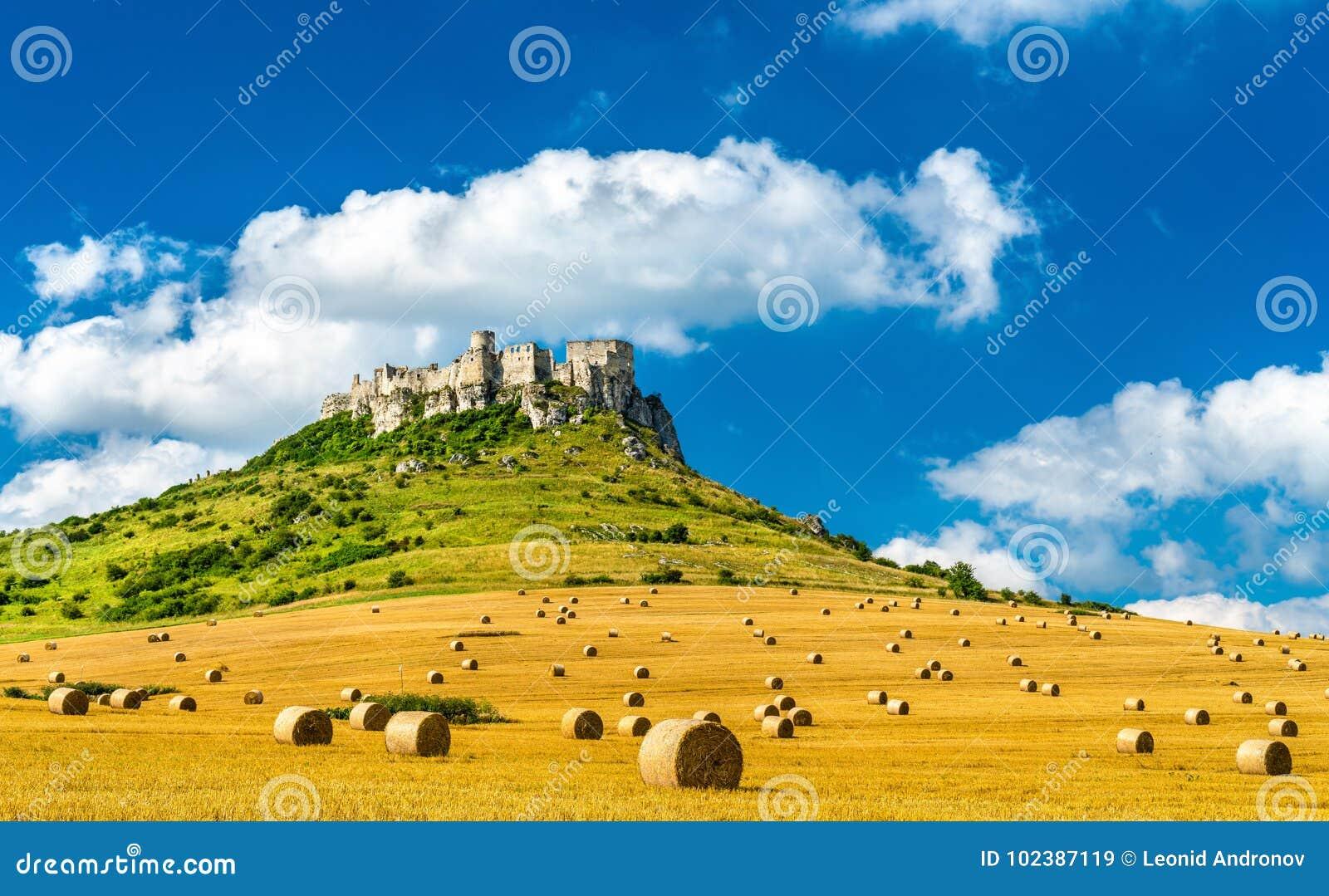 Ansicht von Spissky-hrad und ein Feld mit Rundballen in Slowakei, Mitteleuropa