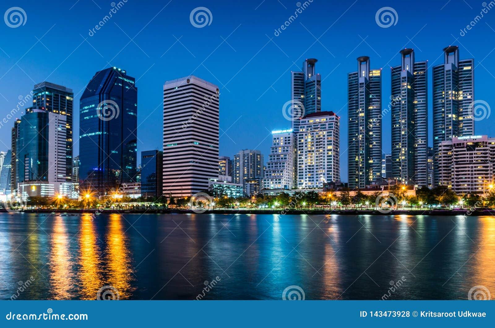 Ansicht von Stadtbild in der Nacht mit Licht von Gebäuden in Bangkok, Thailand