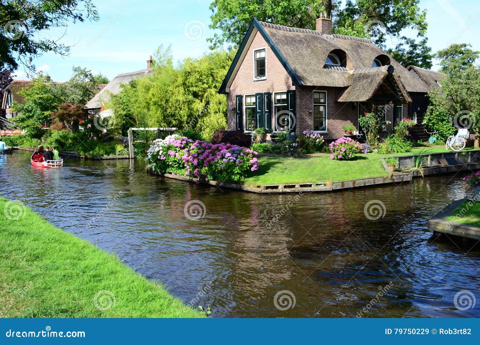 ansicht von typischen h usern von giethoorn die niederlande stockbild bild von sch n wohn. Black Bedroom Furniture Sets. Home Design Ideas