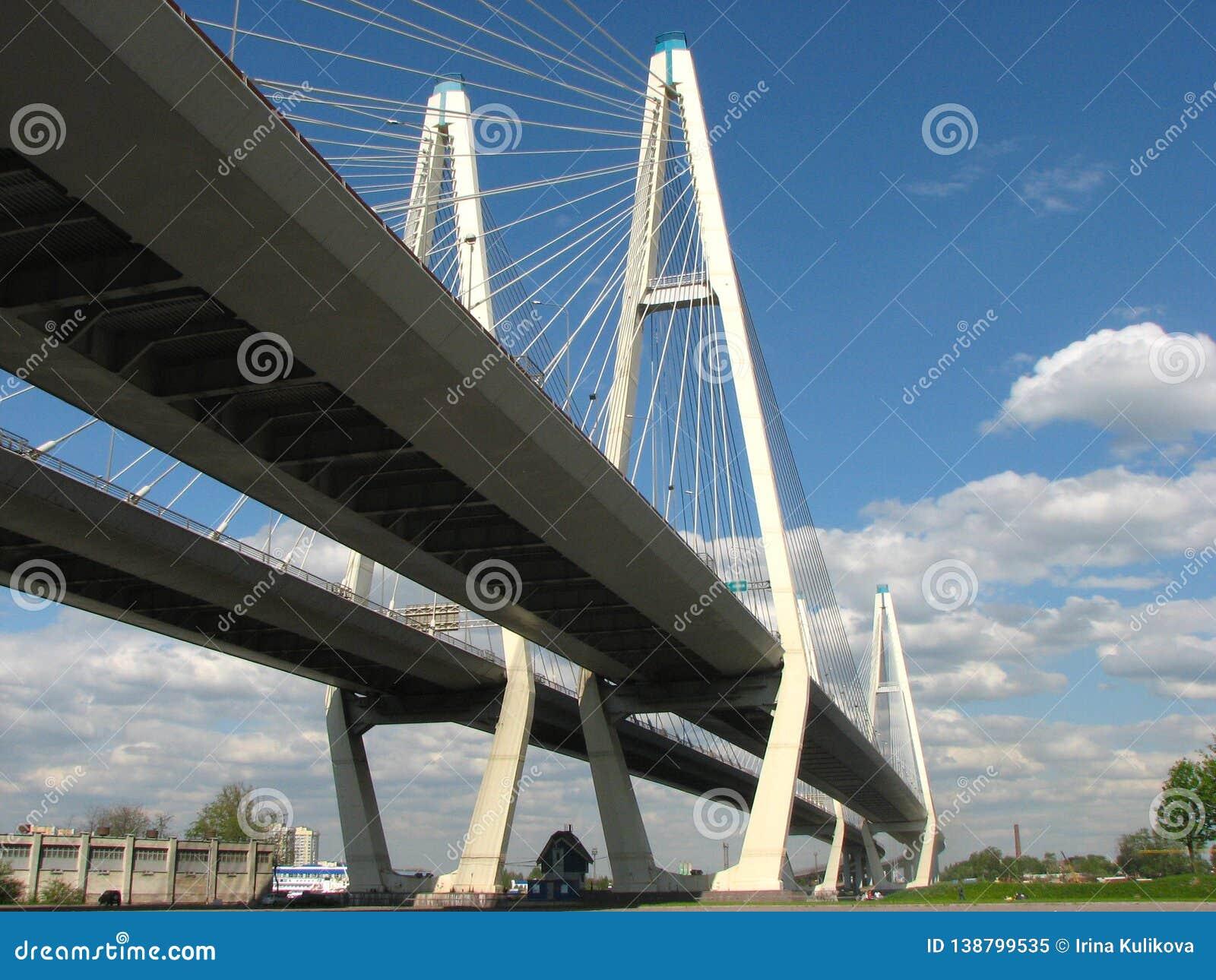 Ansicht von unten der großen Obukhovsky-Brücke am sonnigen Sommertag in St Petersburg, Russland