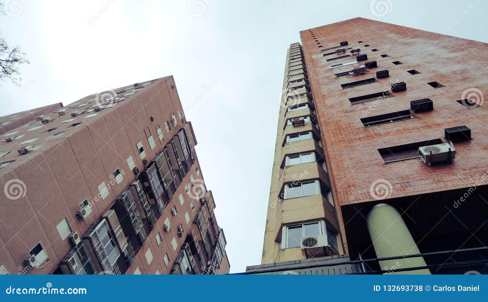 Ansicht von unterhalb von etwas Gebäuden