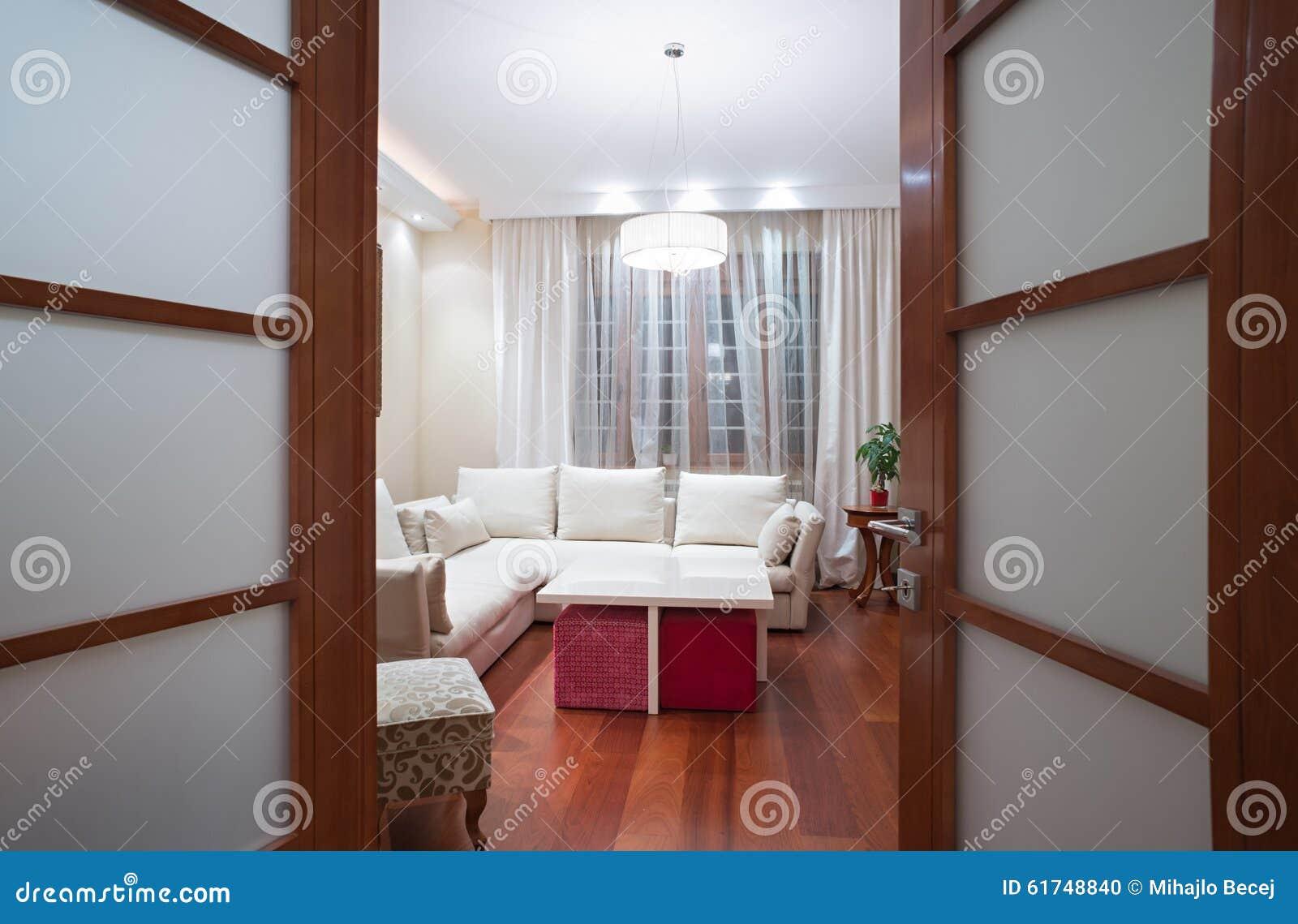 Wohnzimmer Tür, ansicht zu einem wohnzimmer durch offene tür stockfoto - bild von, Design ideen