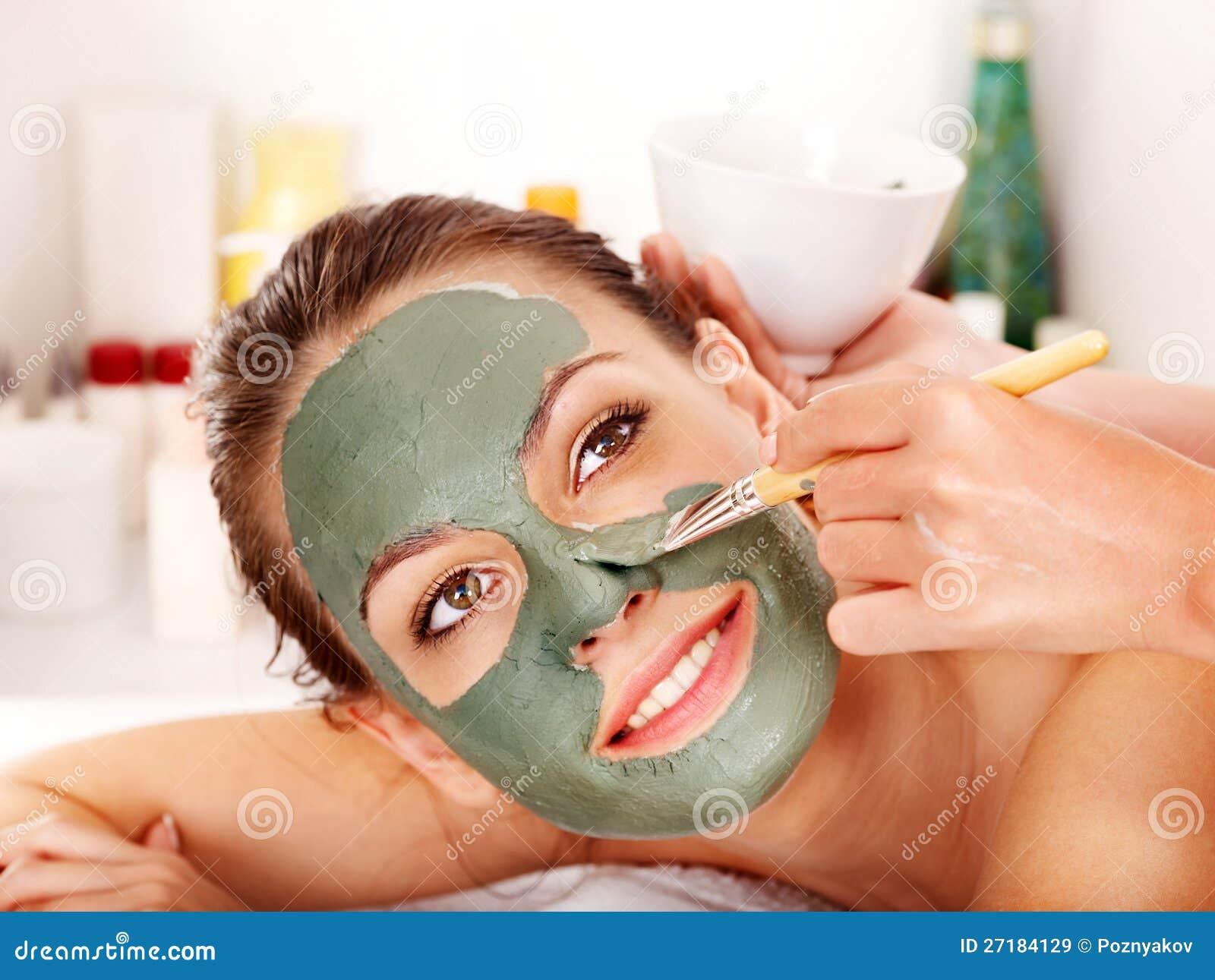Ansikts- maskering för lera i skönhetbrunnsort.