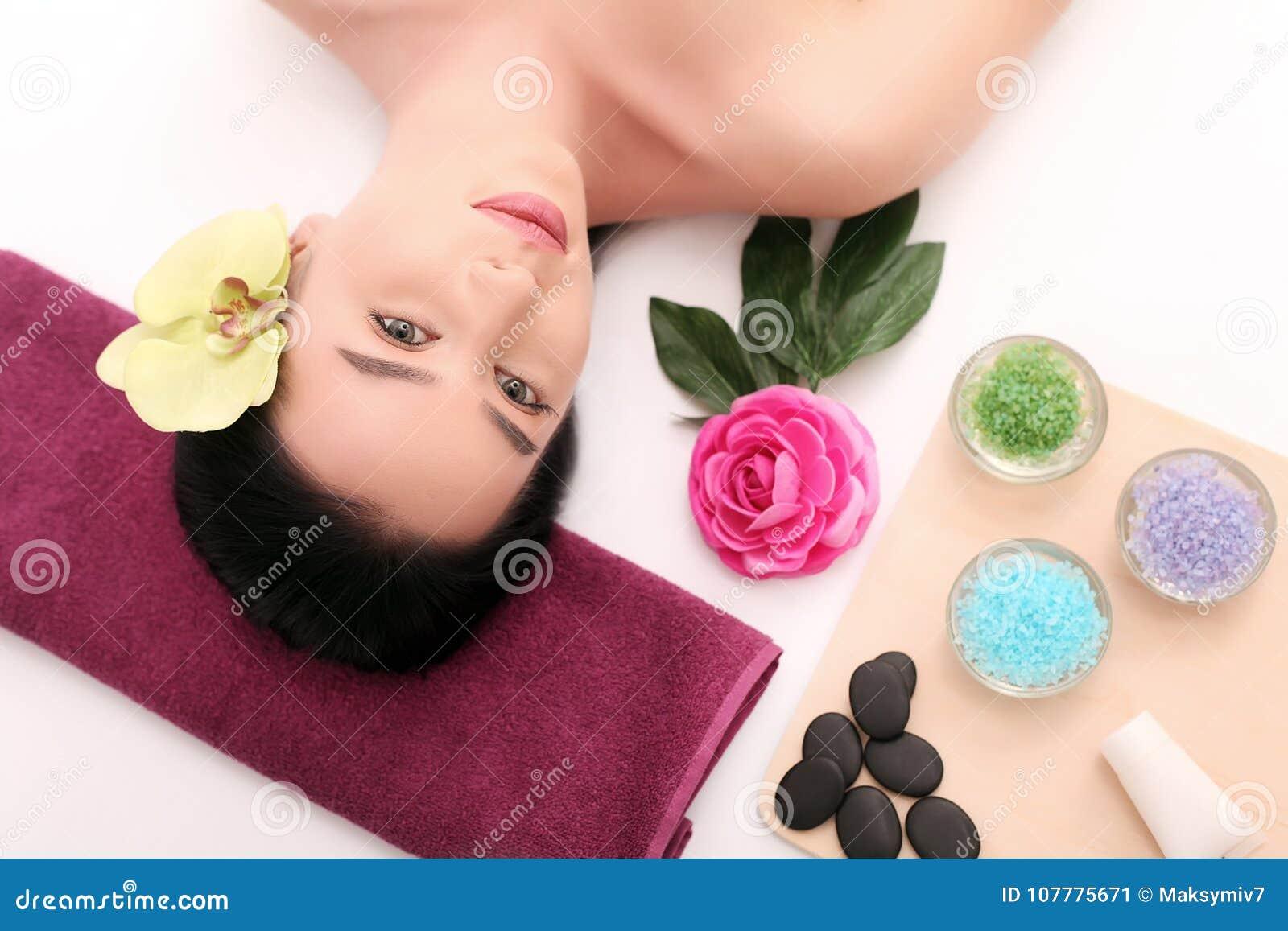 Ansikts- massage för härligt häleri för ung kvinna i brunnsortsalong