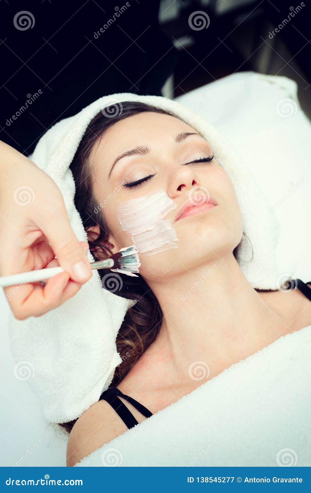 Ansikts- skönhetmaskering för ung kvinna