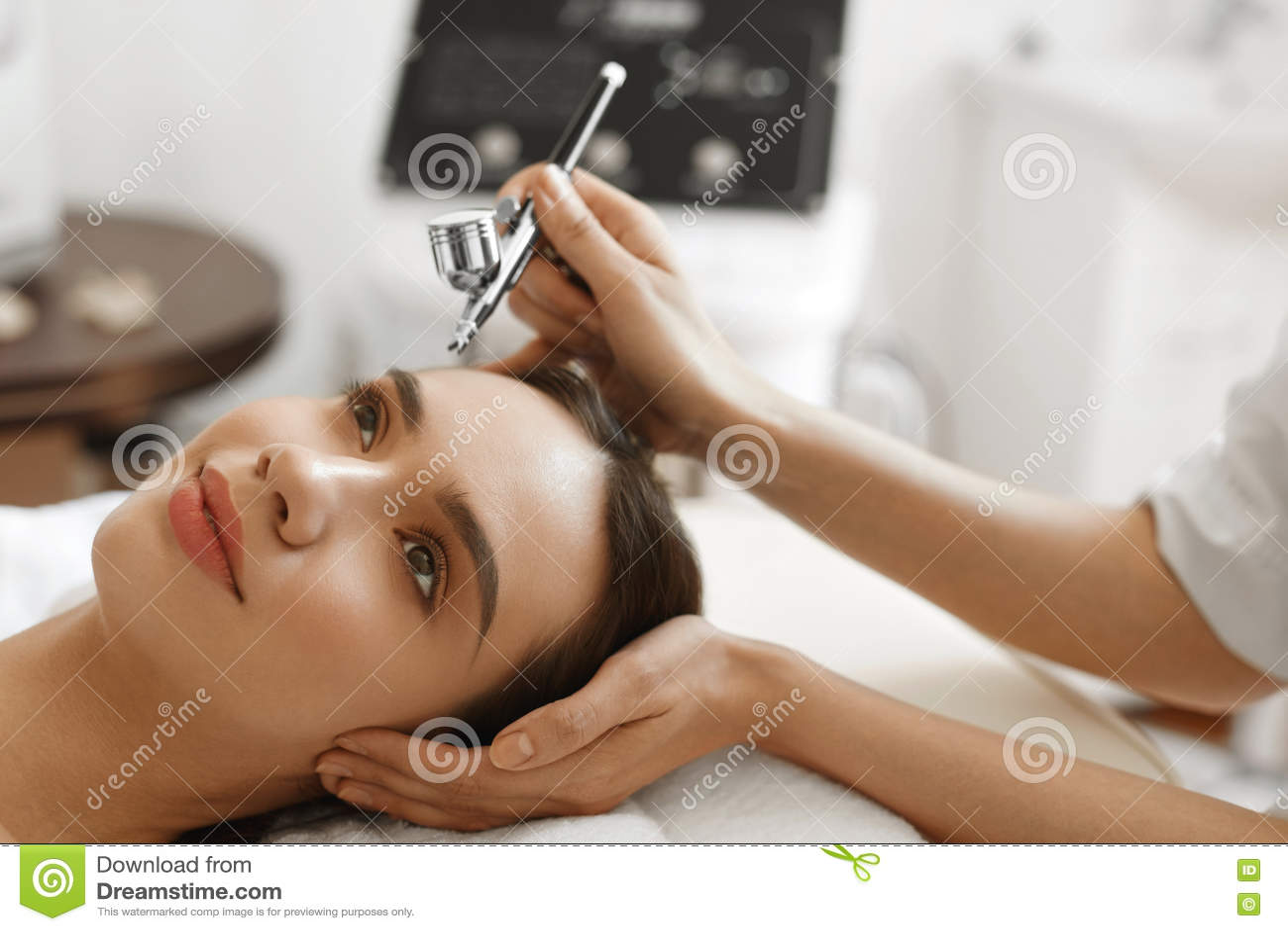 Ansikts- skincare Behandling för skönhet för skalning för kvinnahälerisyre