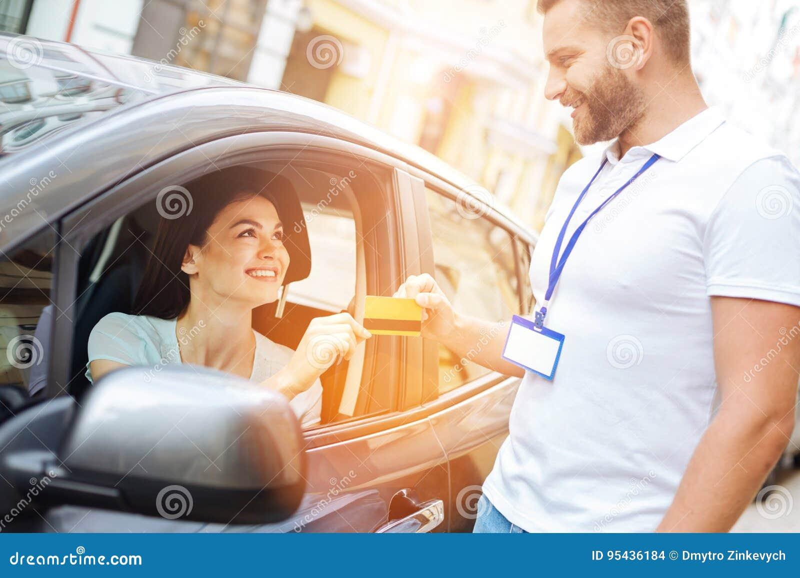 Anställd för byrå för bilhyra som mottar en kreditkort