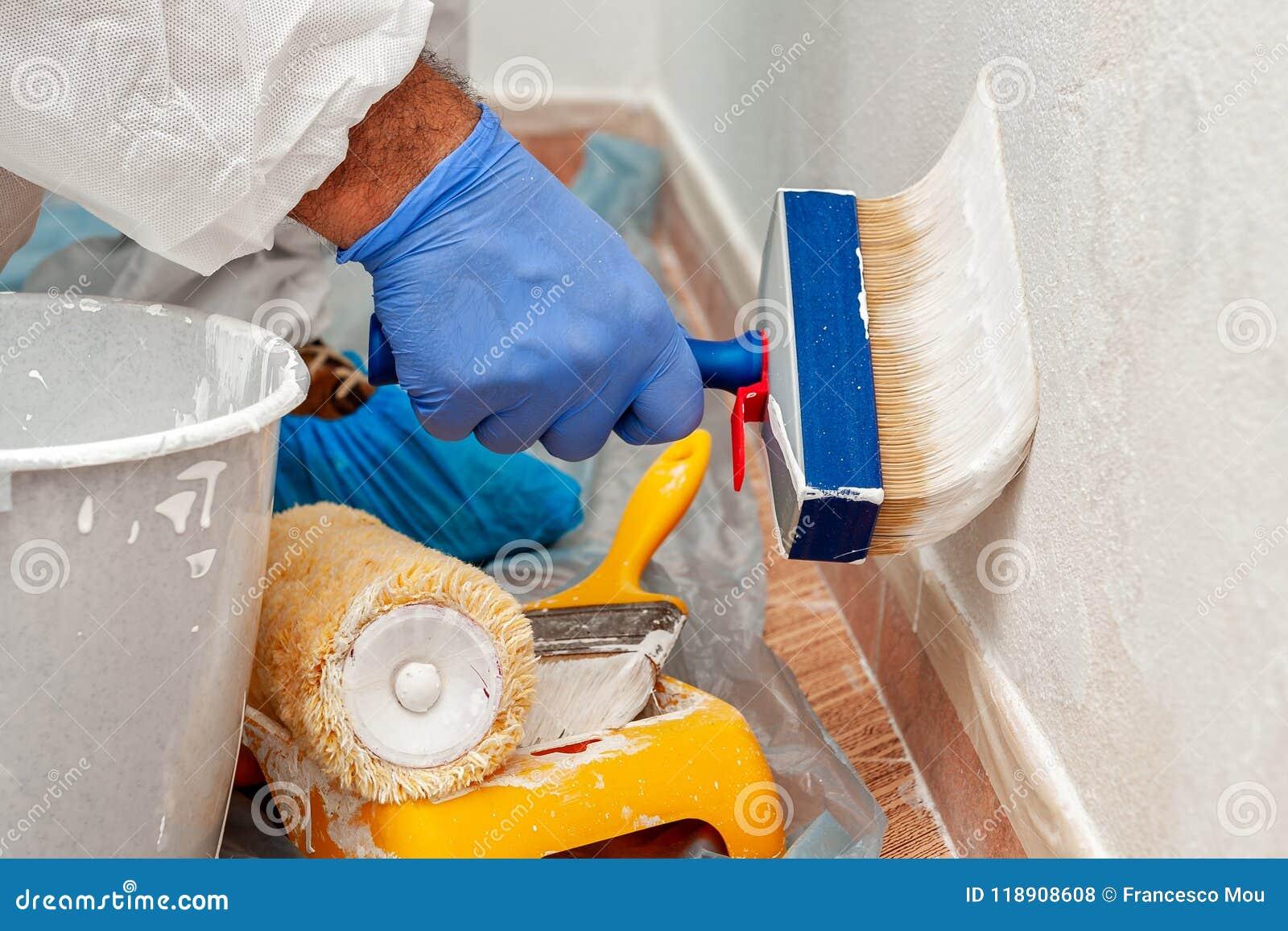 Anstreicher bei der Arbeit, die eine Wand mit einer Bürste malt