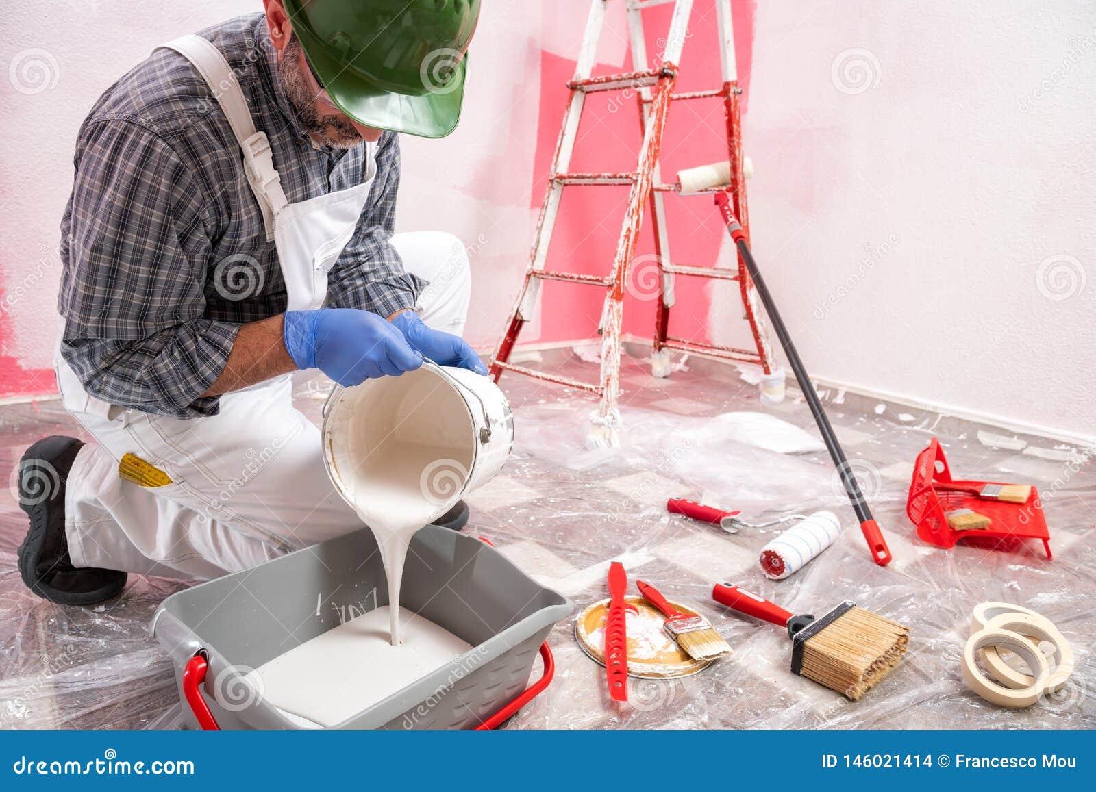 Anstreicherarbeitskraft bei der Arbeit in der Baustelle Geb?ude