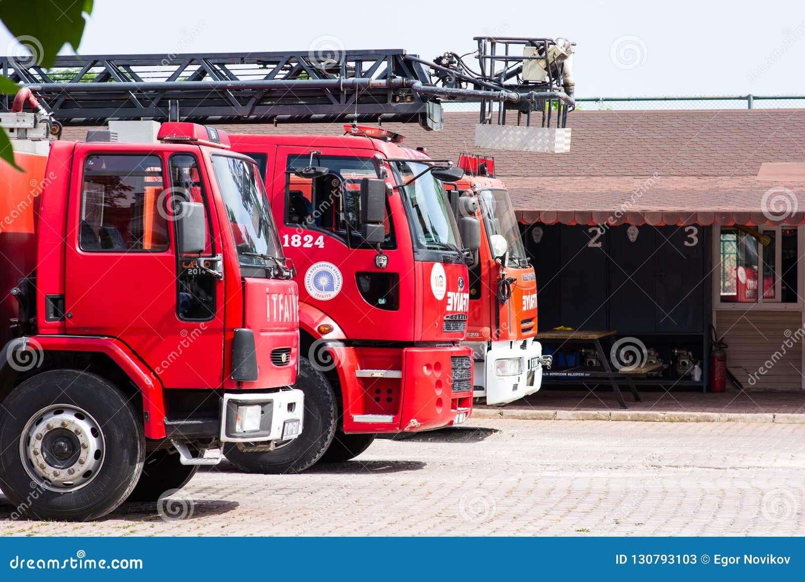 Antalya, die TÜRKEI - 17. MAI 2018: Roter Firetruck mit Rettungsleiterstellung auf der Straße der Stadt nahe Firehouse