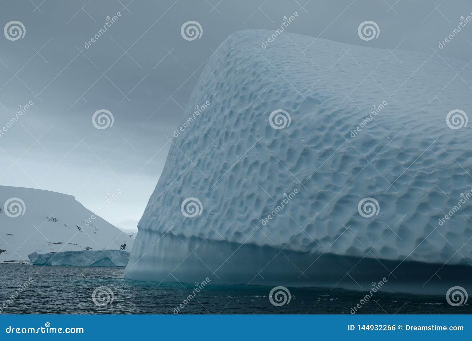 Antarctica góry lodowej sztuki unikalna błękitna tekstura pod chmurnym niebem g