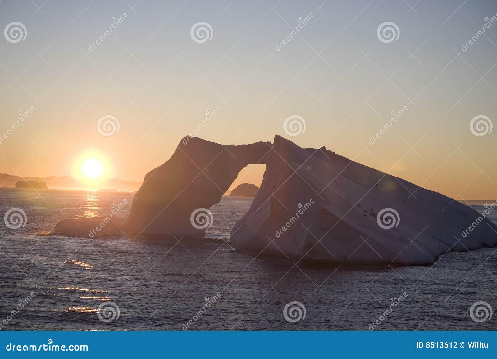 Antarktischer Eisberg am Sonnenuntergang