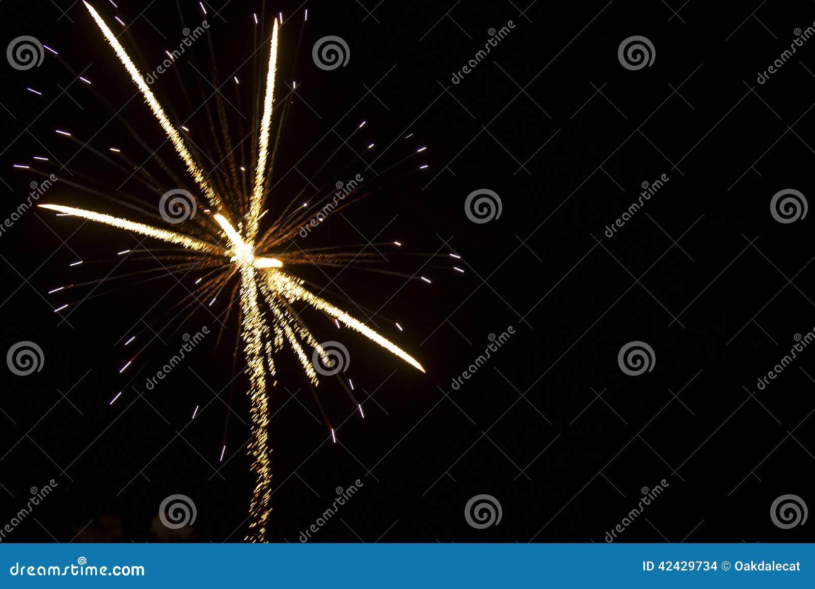 Antecedentes abstractos: Los fuegos artificiales chispean con las luces fibroópticas