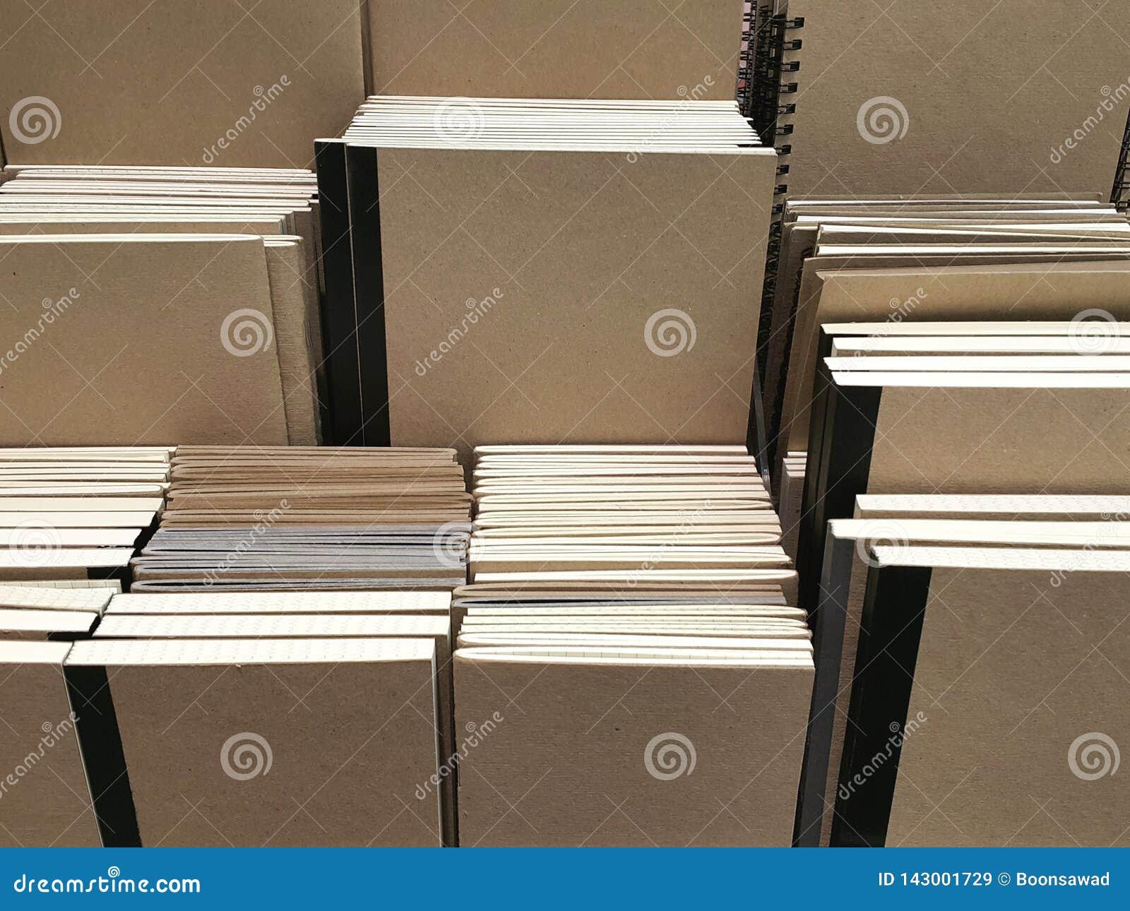 Anteckningsböcker för räkning för Kraft papper på hyllabakgrund