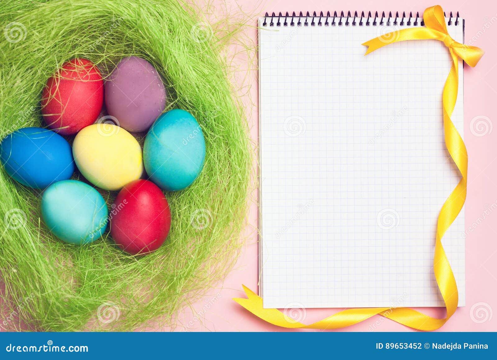 Anteckningsbok med ägg för hipsterecopåsk i rede