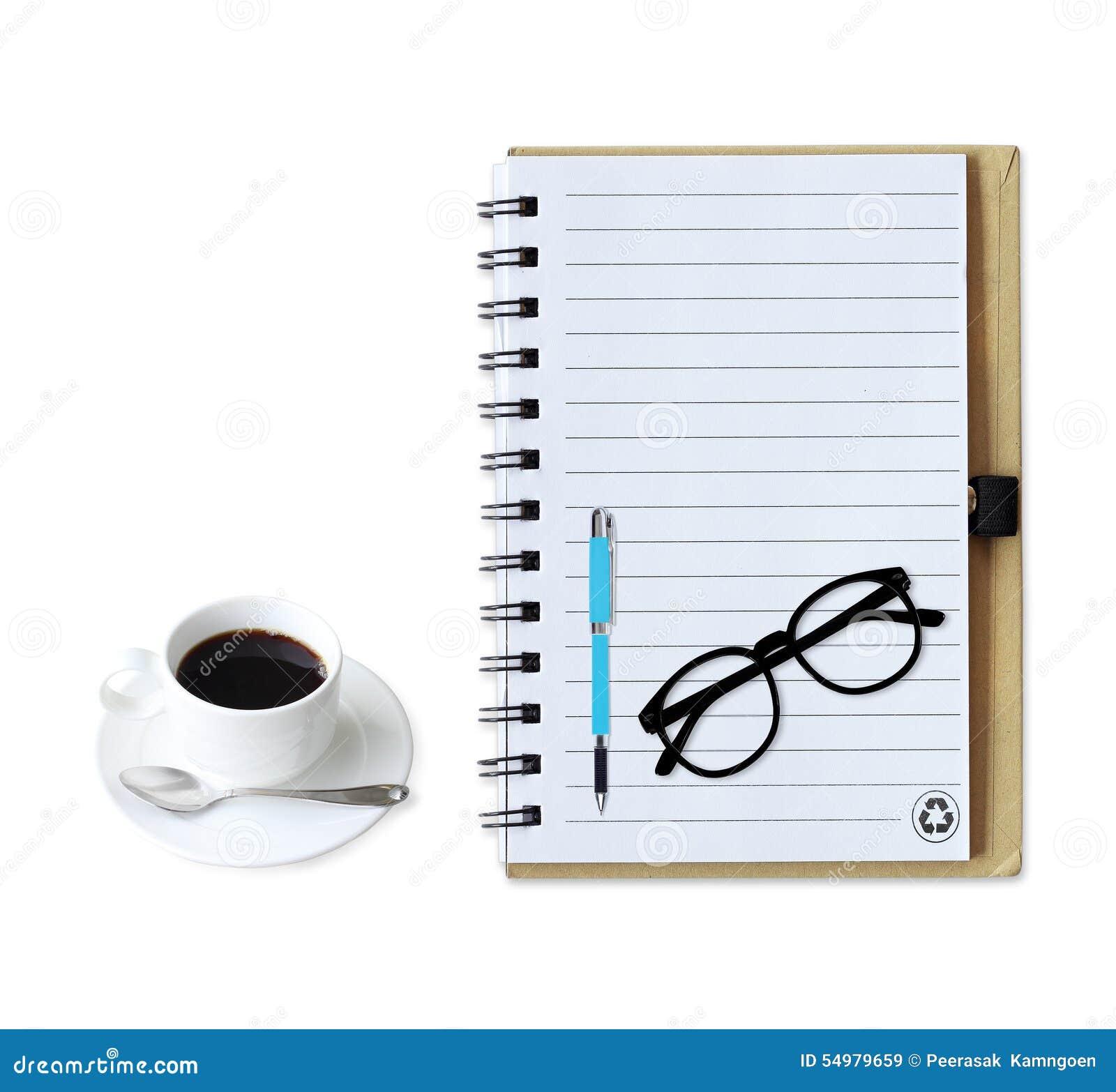 Anteckningsbok med kaffekoppen med pennan och exponeringsglas på vit