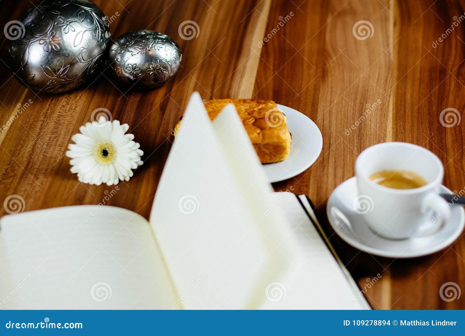 Anteckningsbok, penna, espresso och giffel