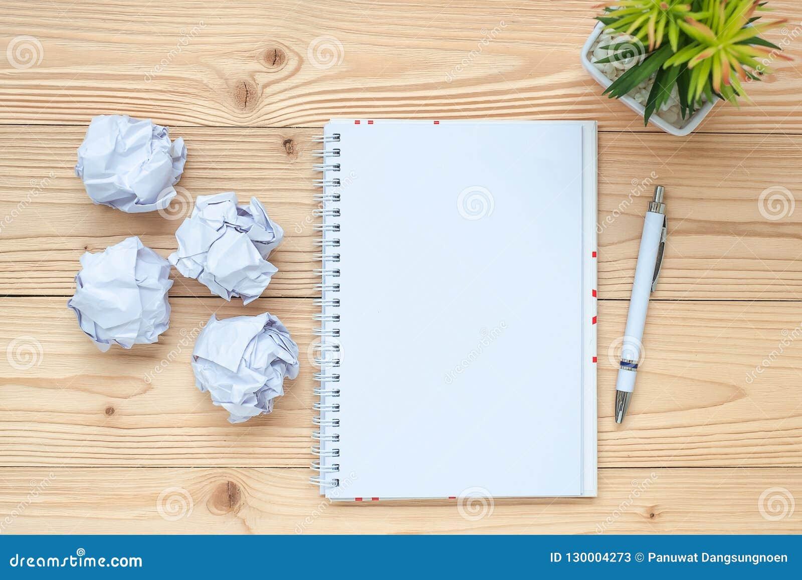 Anteckningsbok smulat papper, penna och på tabellen Start för nytt år, idérikt, idé, upplösning, lösning, strategi och beskicknin