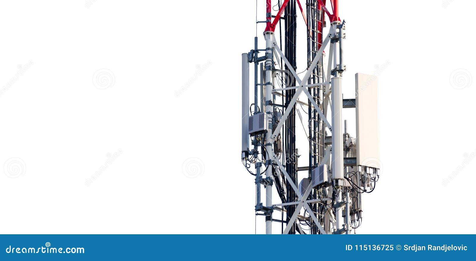 Antena de la torre de la telecomunicación con los transmisores en el polo del metal aislado parcialmente en el fondo blanco