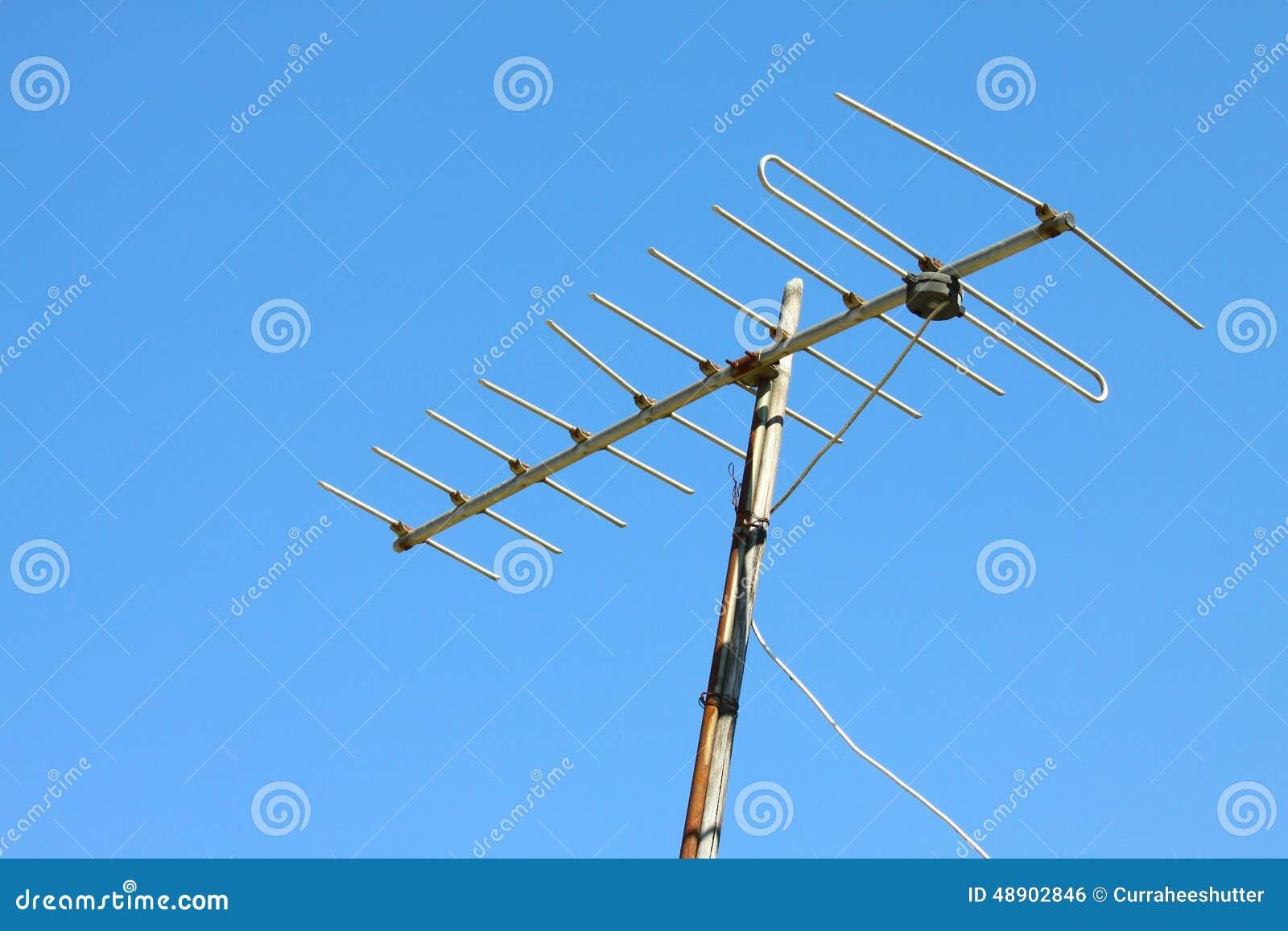 Antena de tv vieja en el tejado de la casa con el cielo - Antena de television ...