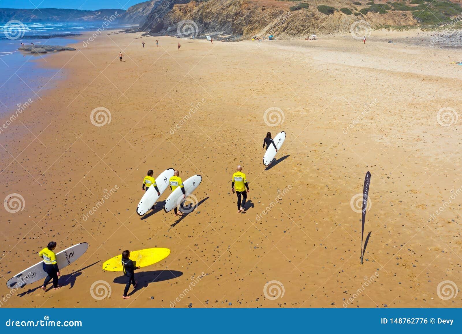 Antena dos surfistas após ter surfado lições na praia