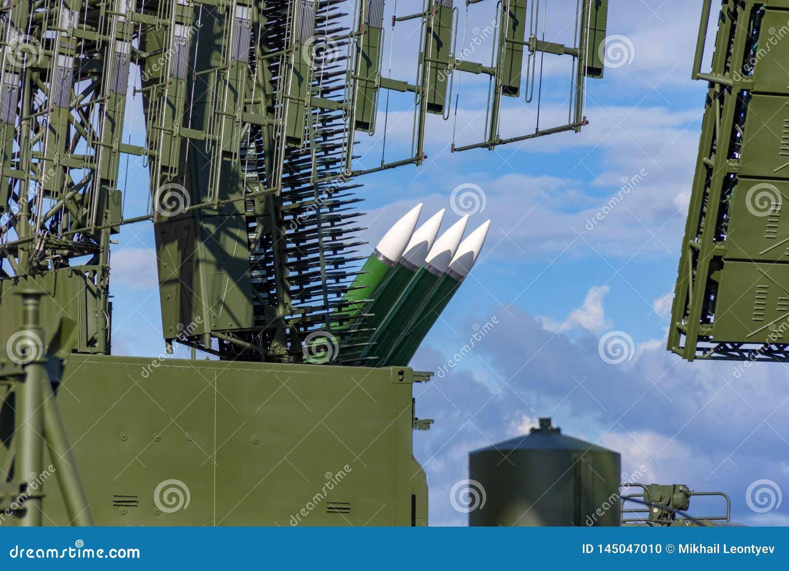 Antena e foguetes da defesa aérea que olham em um céu
