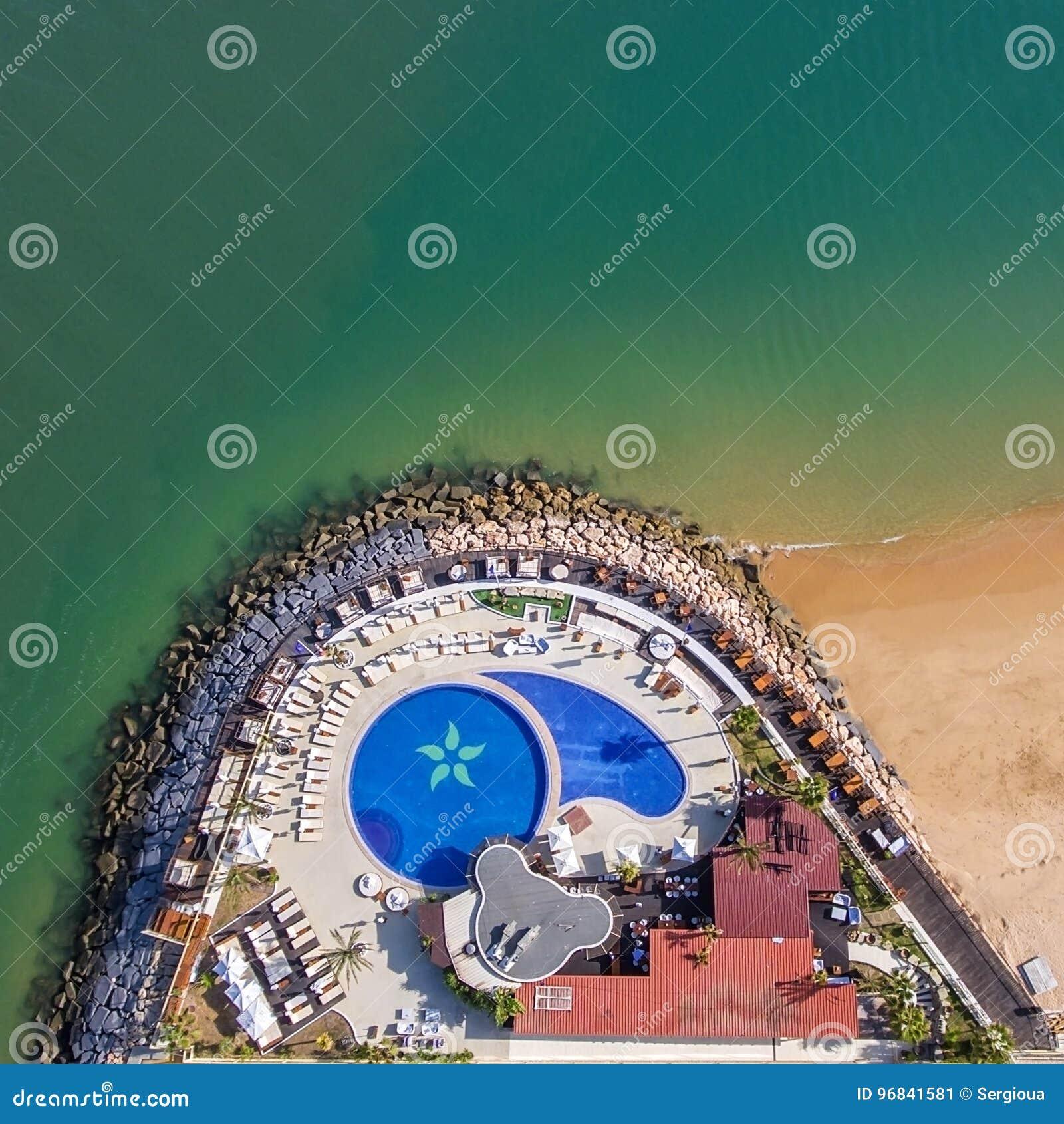 Antena Pływacki basen na oceanie Fotografia od nieba strzela trutniami