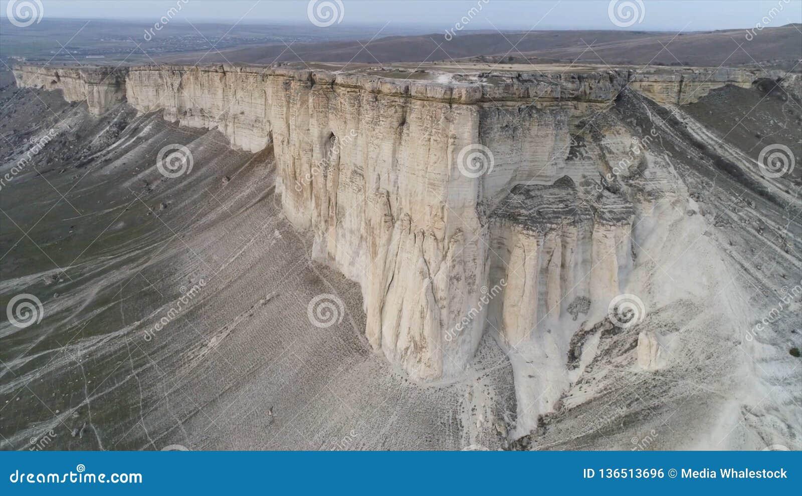 Antena para a paisagem maravilhosa da rocha branca com inclinação íngreme e de um vale com grama verde tiro Pedra calcária branca