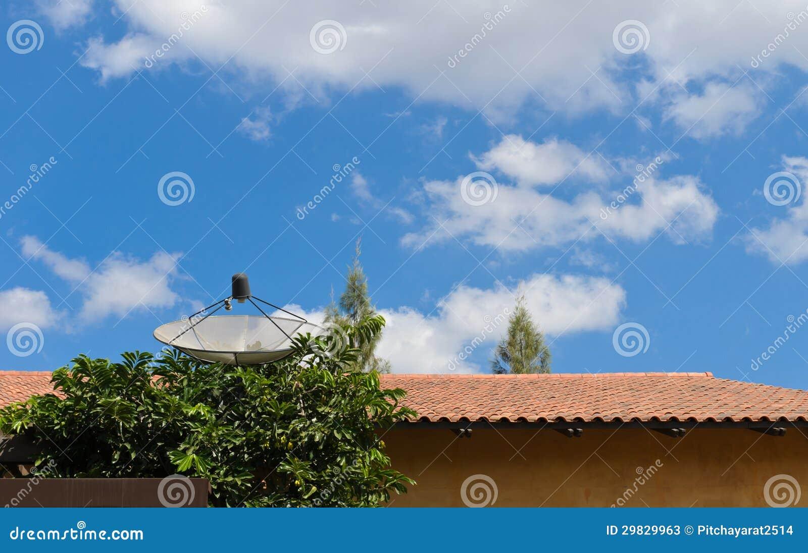 Antena parabólica no telhado.