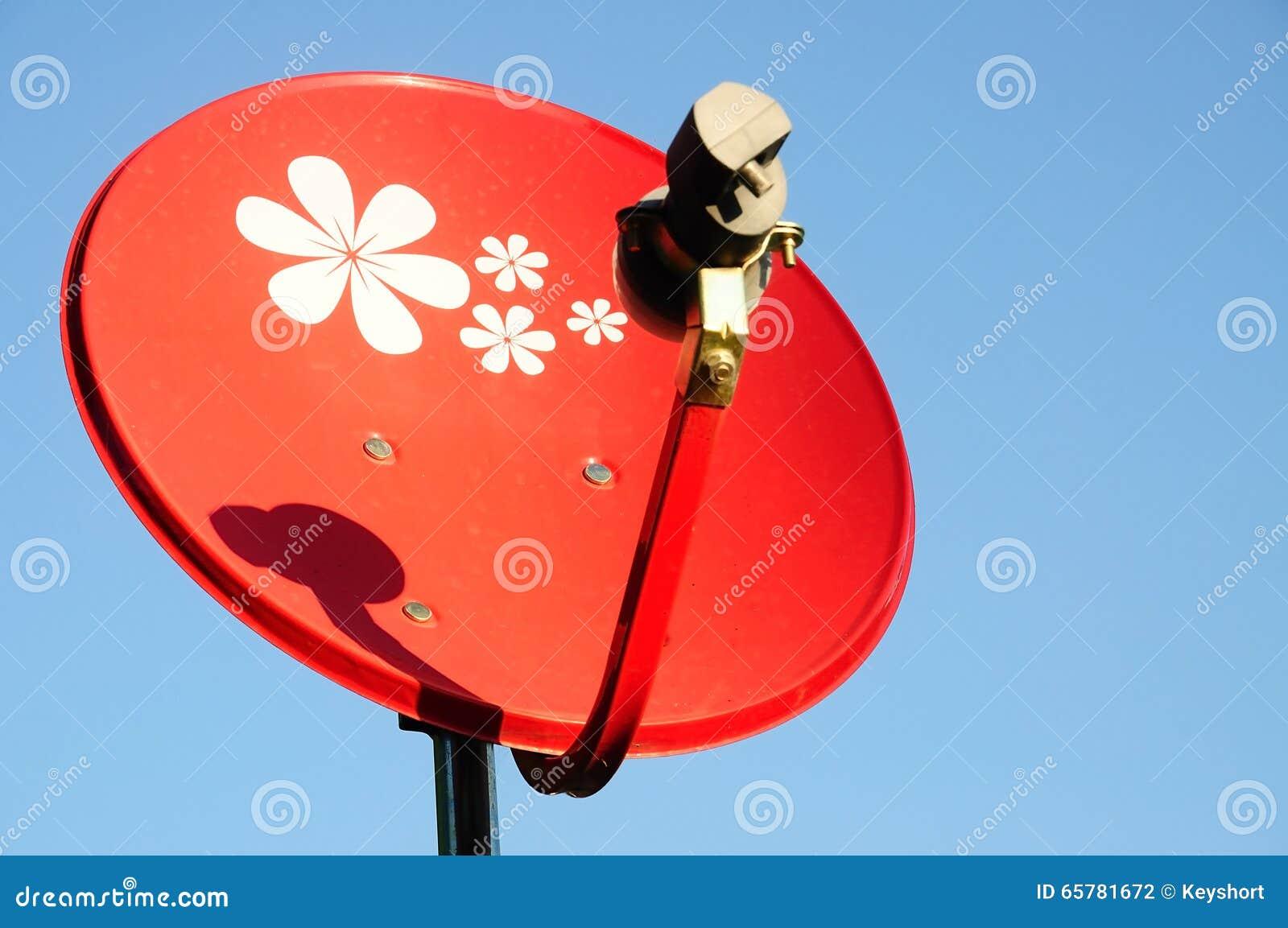 Antena parabólica vermelha pequena com céu azul