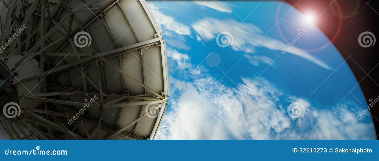 Antena satelitarna przekazu dane na tła cyfrowym błękicie